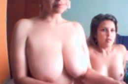 Mãe e filha brincando na frente da cam